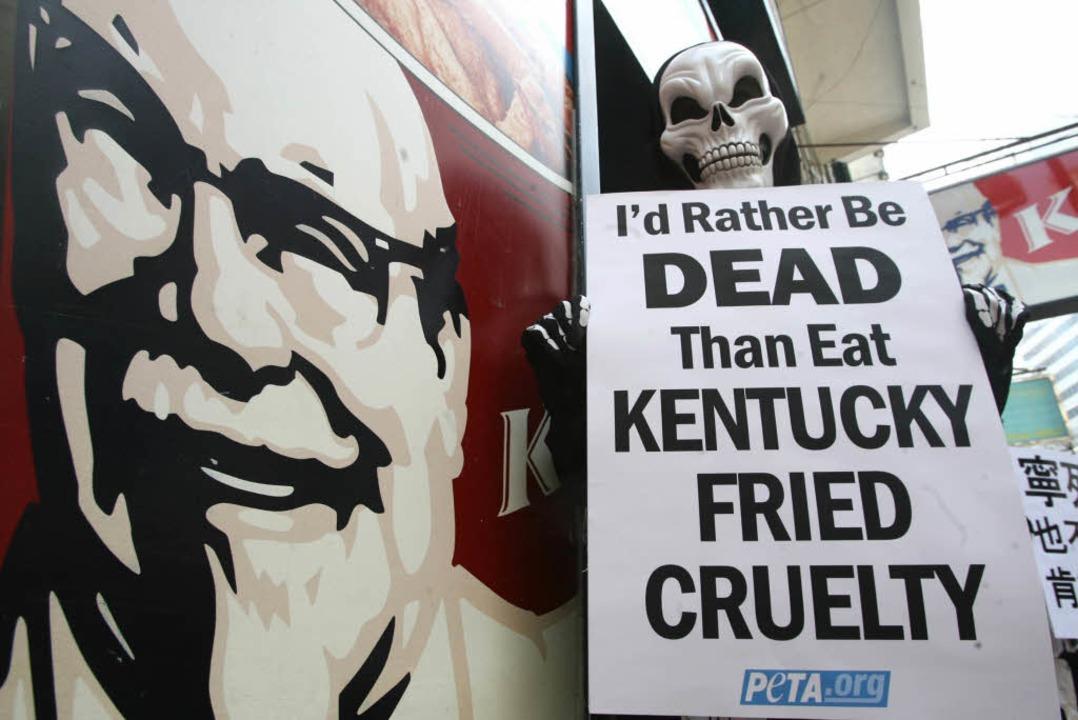 Die Tierrechtler von Peta protestieren...KFC – wie hier 2007 in Hongkong.  | Foto: AFP ImageForum