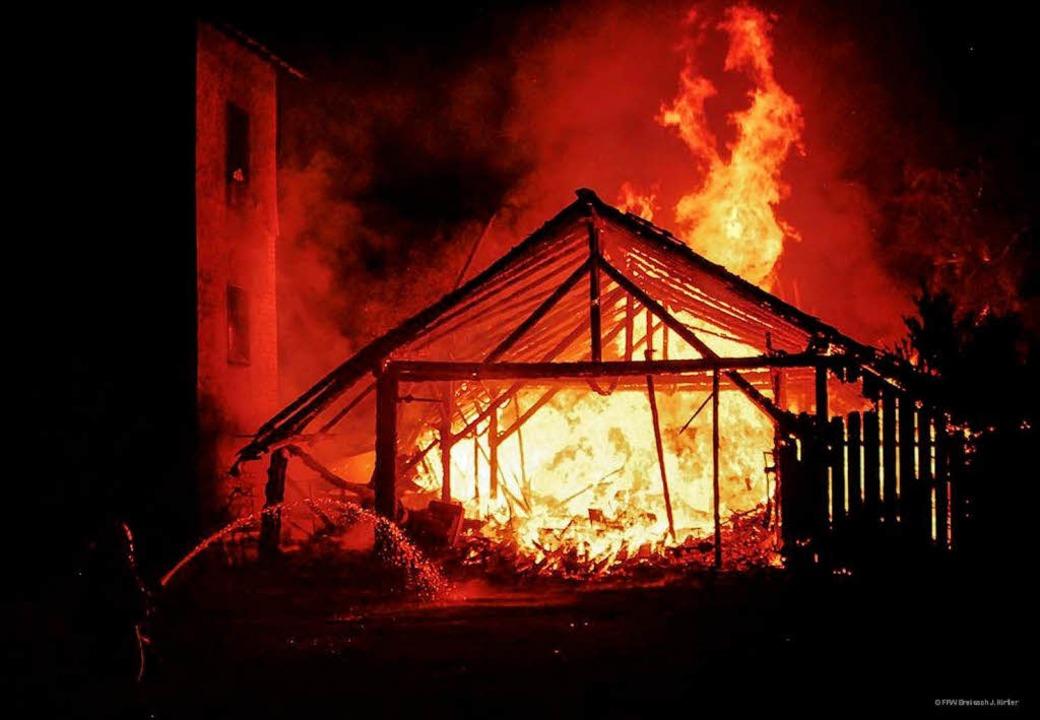 Auch ein Lagerschuppen der Breisacher Narrenzunft fiel den Flammen zum Opfer.  | Foto: Feuerwehr Breisach