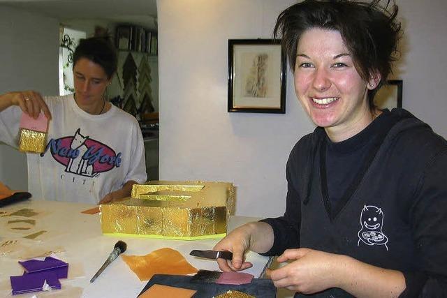 Ausbildungsberuf Vergolderin: Monika Otts ruhige Hand ist Gold wert