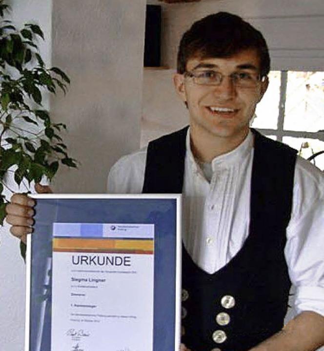 Siegma Lingner mit seiner Urkunde zum Innungssieger.  | Foto: privat