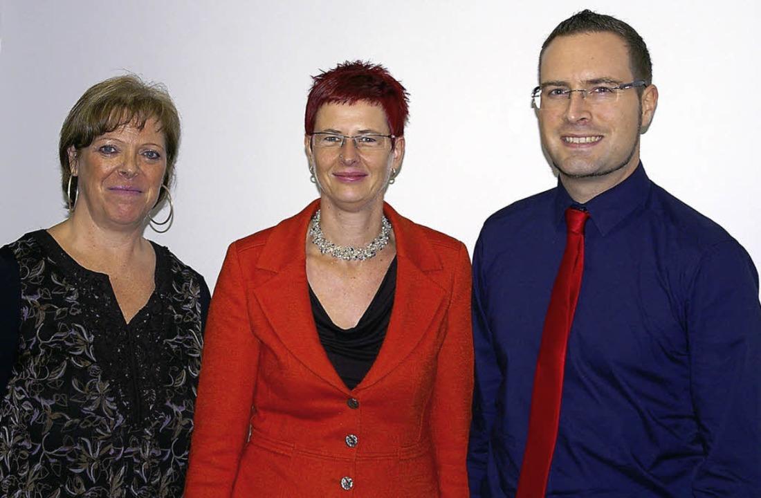 Sabine Wölfle gab den Vorsitz an ihre ...lfle,  unterstützt wird (von links).    | Foto: ernst hubert Bilke