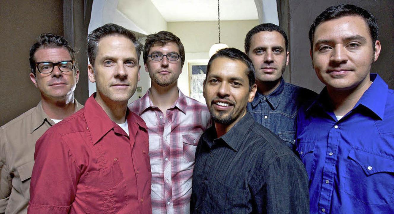 Eine Multi-Band in mehrfacher Hinsicht: Calexico in der aktuellen Tour-Besetzung    Foto: pro