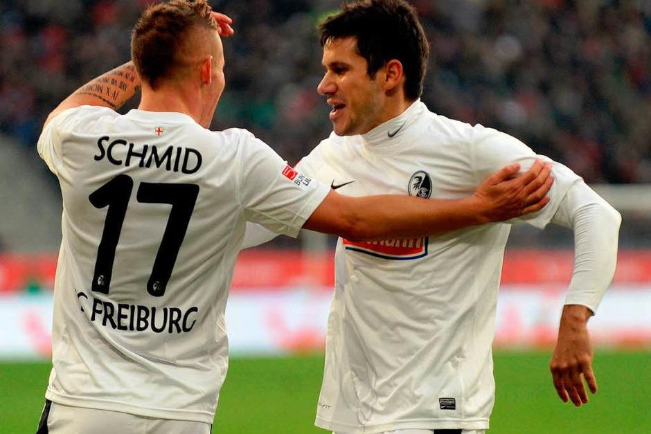 Freut sich über sein Tor: Jonathan Schmid (SC Freiburg) mit Teamkollege Mensur Mujdza. (Foto: Michael Heuberger)
