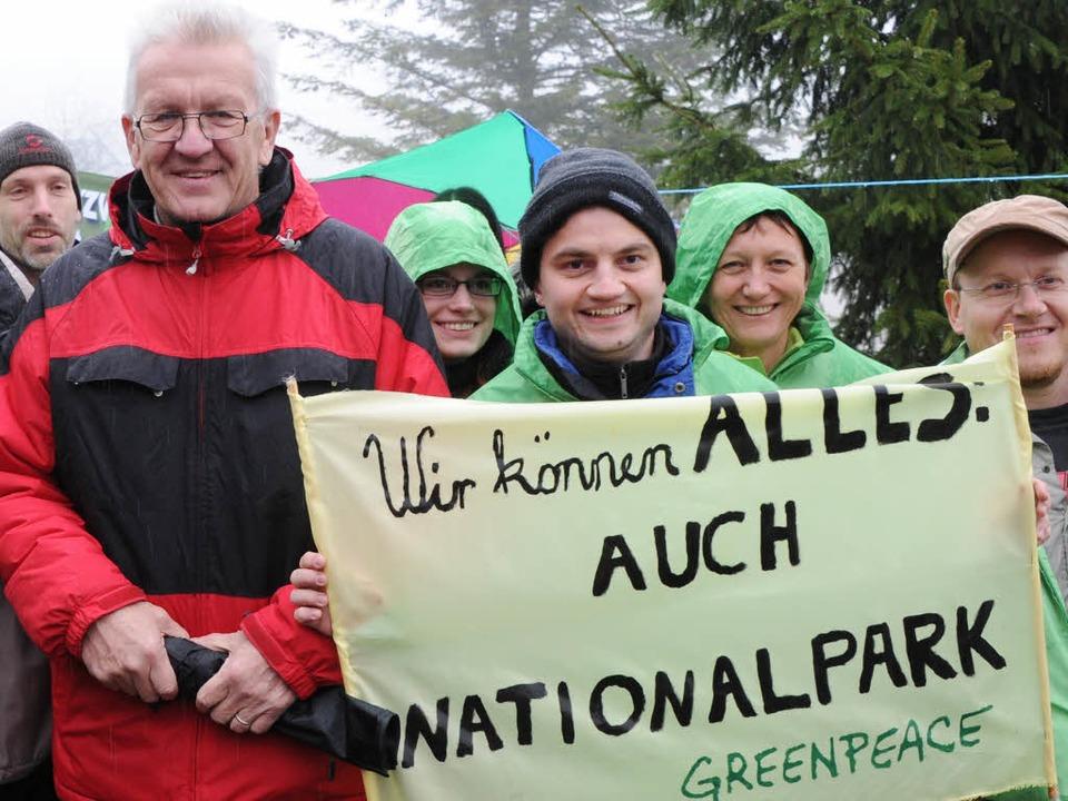 Baden-Württembergs Ministerpräsident W...k Nordschwarzald in den Händen halten.  | Foto: dpa
