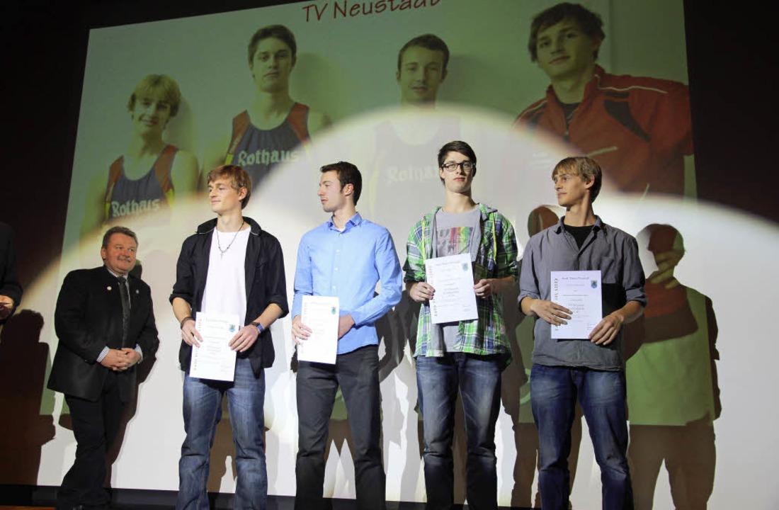 Die Staffelläufer Alex Wiesler (2. von...dler (links) überreichte die Urkunden.    Foto: Eva Korinth, akh