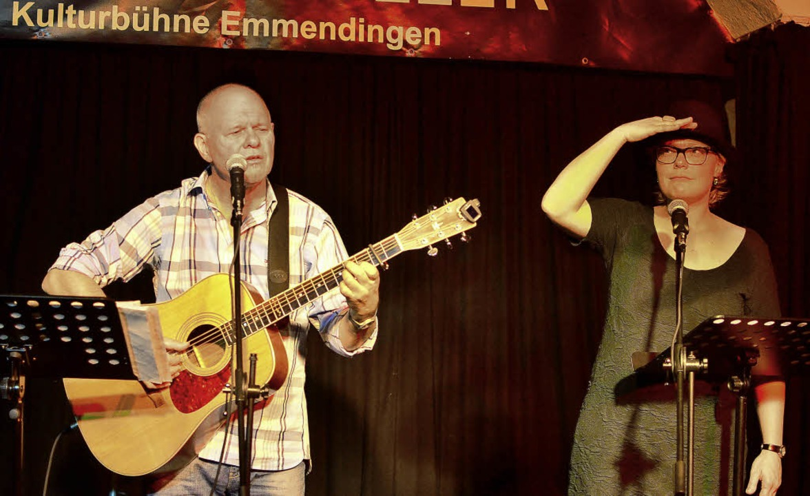 Ulrike  Derndinger und Heinz Siebold  ...dart von der  heiter-ironischen Seite.  | Foto: Dieter Erggelet