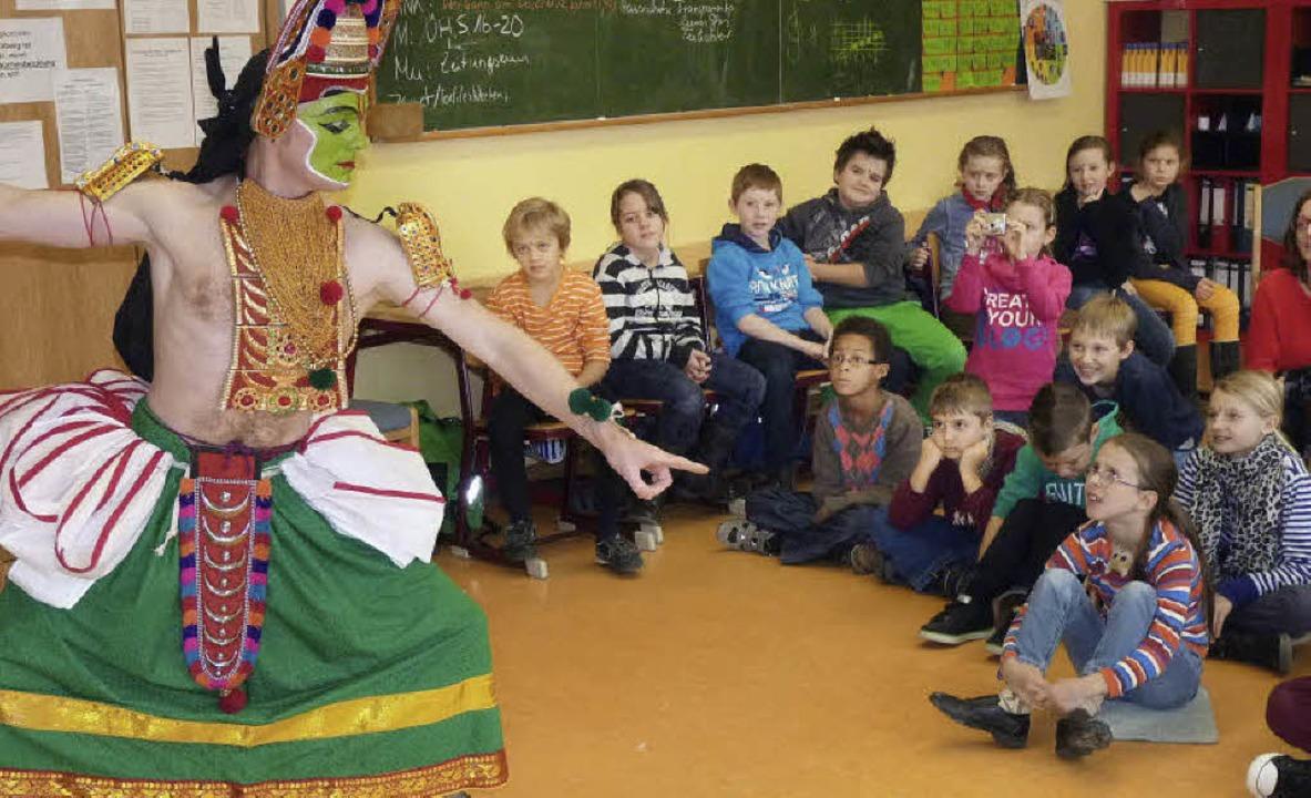 Hartmut Schmidt im Thullal-Kostüm, bes...den Grundschülern in Kiechlinsbergen.   | Foto: Hülter-Hassler