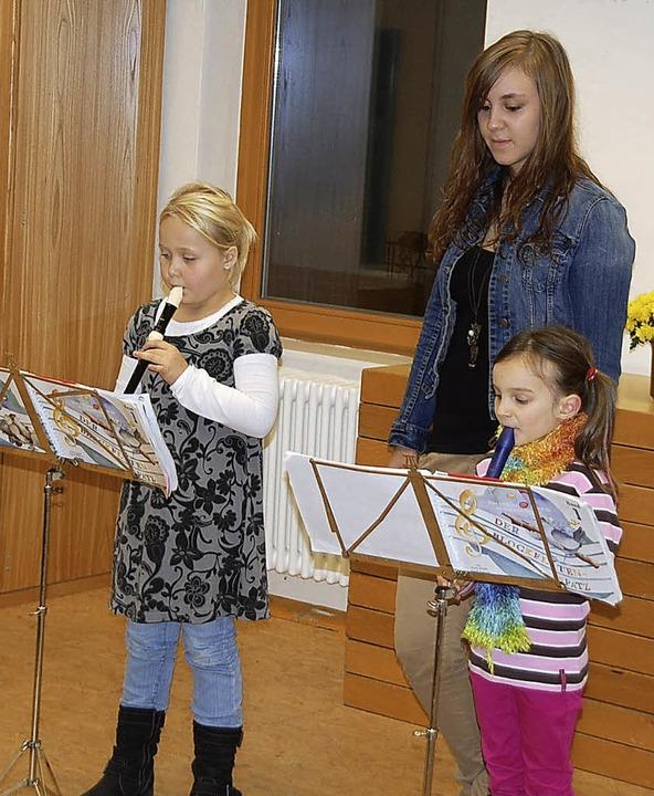 Sina Glöckle präsentierte am Jungmusik... Pauline Vetter (rechts) und Lea Kapp.    Foto: Schimanski