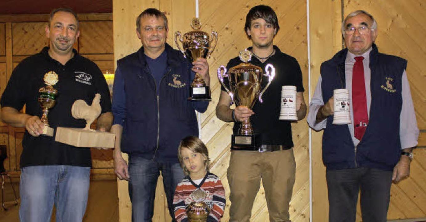 Sie räumten die Pokale der diesjährige... Opa Uwe dei vielen Pokale zu stemmen.    Foto: Martha Weishaar