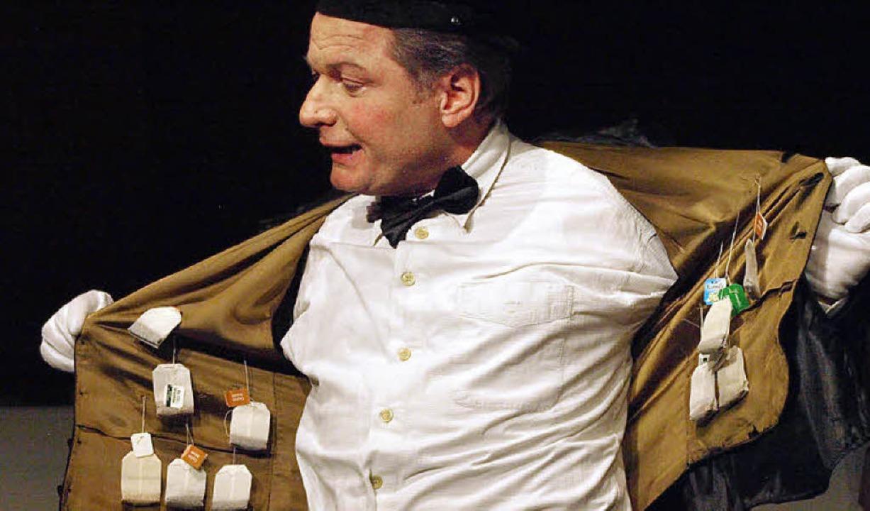 Die Aufführung geizt nicht mit Situati...han sein Teebeutelreservoir ausbreitet  | Foto: Karin Stöckl-Steinebrunner