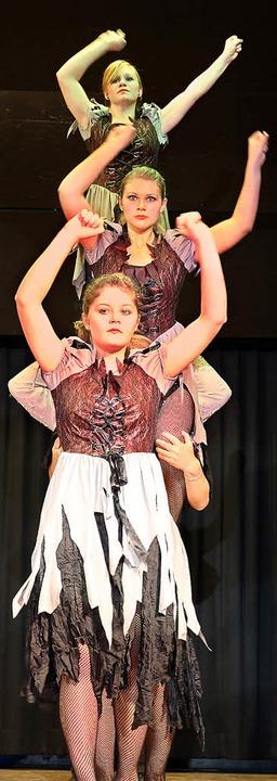 Tanz kombiniert mit Akrobatik boten die Tänzer des TV Denkingen.     Foto: Eva Korinth