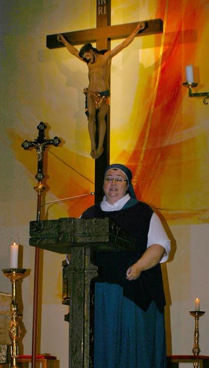 Schwester Teresa  vor dem  wichtigsten Mann in ihrem Leben.     Foto: Köpper