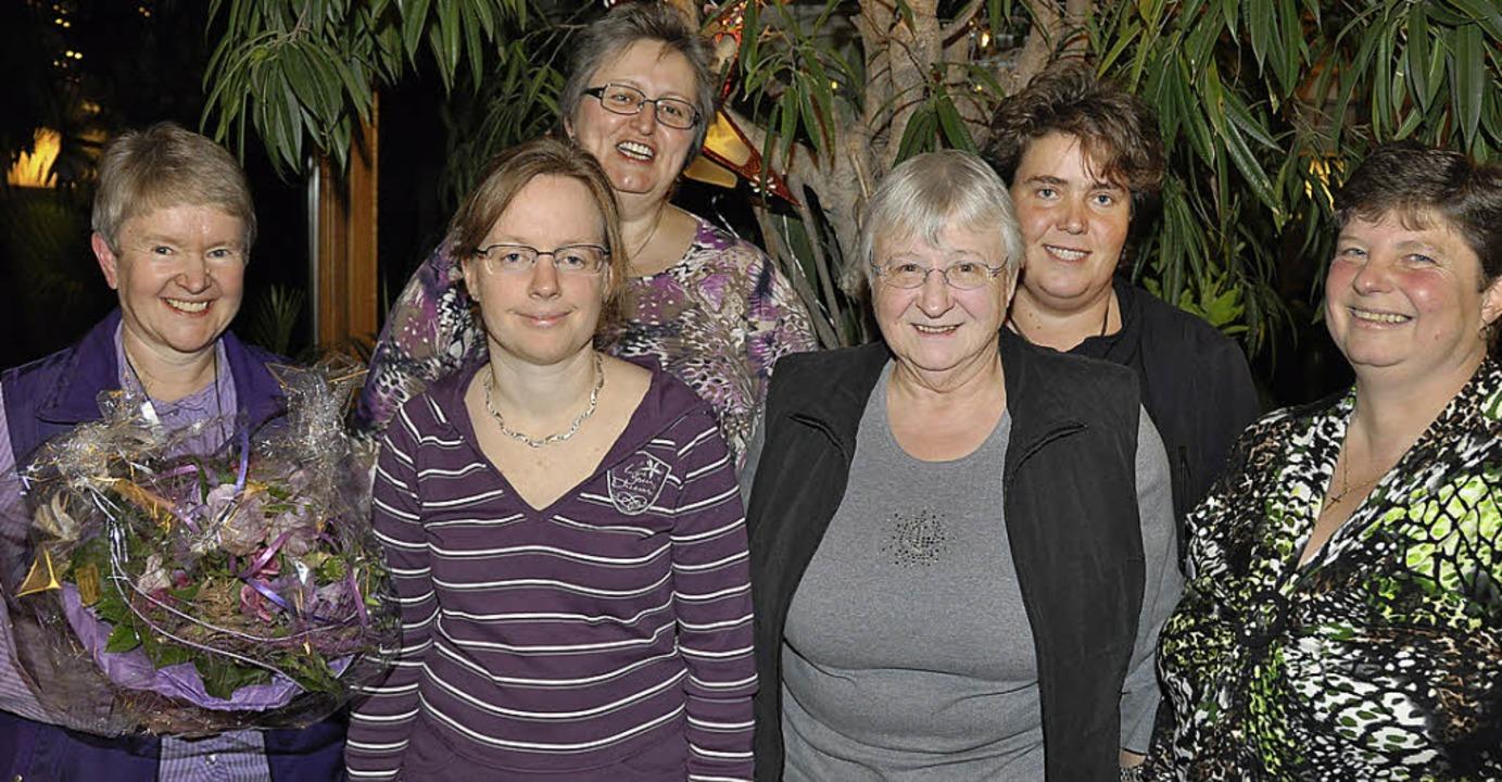 Seit 45 Jahren hält Monika Kocum ihrem...arbara Matt (von links) gratulierten.     Foto: kirsten Lux
