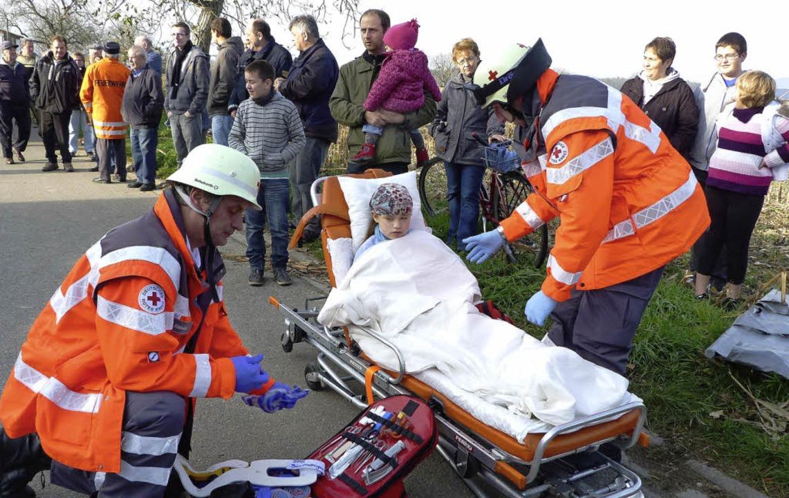 Hand in Hand mit dem Einsatzkommando d...ach bei der Versorgung der Verletzten.    Foto: christine weirich