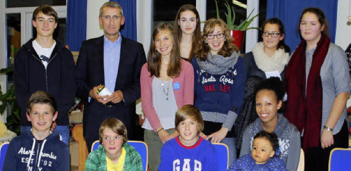 Armin Schuster inmitten der jungen Gesprächsteilnehmer     | Foto: Mink