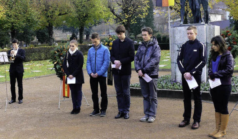 Schüler aus Lörrach und Lublinec in Po... Volkstrauertag auf dem Hauptfriedhof     Foto: zvg