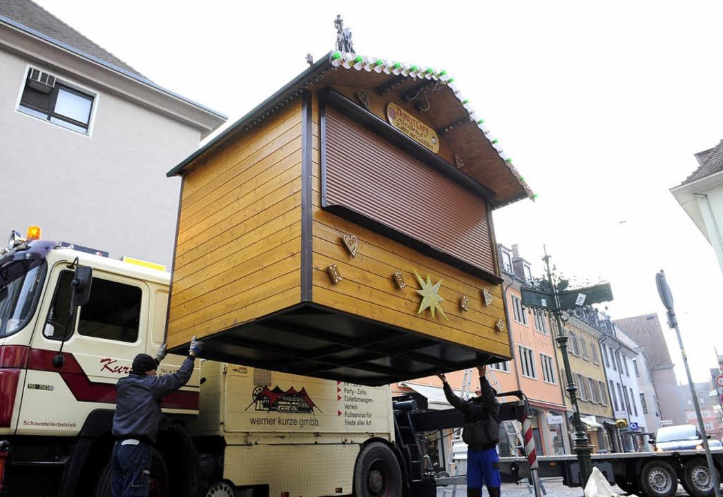 Da schwebt noch eine Hütte ein: 114 St... kommenden Weihnachtsmarkt aufgebaut.   | Foto: Ingo Schneider