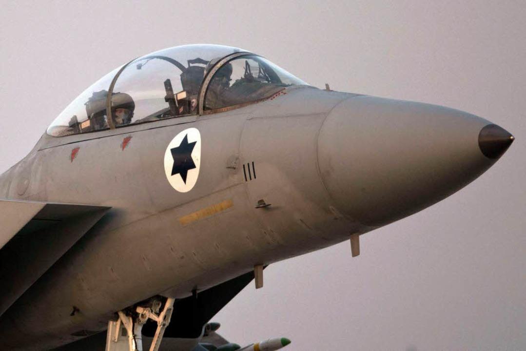 Ein F-15-Kampfjet der israelischen Luf... Israel derzeit über dem Gazastreifen.    Foto: AFP