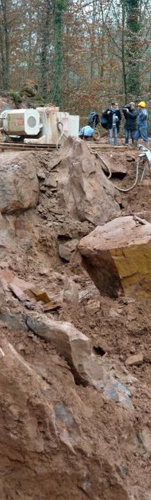 Mit der Seilsäge werden große Blöcke aus der Felswand geschnitten.  | Foto: Marius Alexander