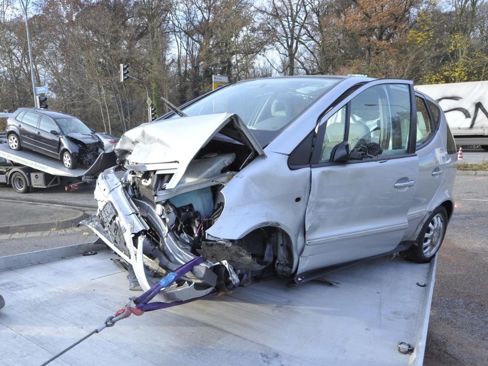 Aufräumarbeiten: Zwei  der am Unfall a...eiligten Autos werden abtransportiert.  | Foto: Michael Bamberger