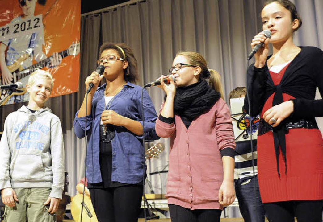 Mutig sangen die Mädchen und ein Junge...tz-Boehle-Werkrealschule, aktulle Hits  | Foto: Markus Zimmermann, Markus Zimmermann