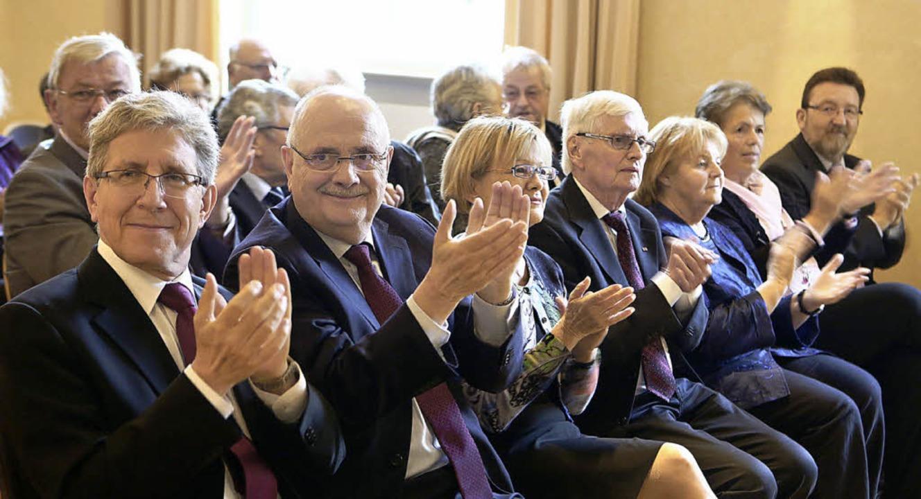 Der Jubilar Walter Caroli zwischen  Fr...das Ehepaar Renate und Roland Hirsch    | Foto: CHRISTOPH BREITHAUPT