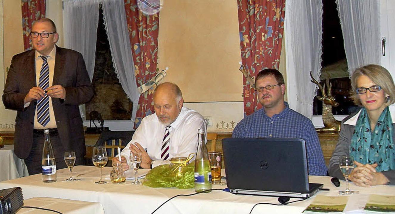 Auf dem Podium (von links): Matthias K..., Eugen Göppert und  Regina Ostermann     Foto: BZ
