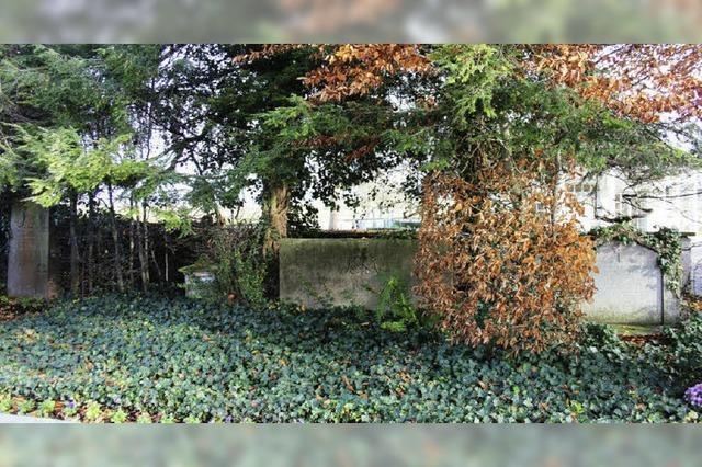 Ein alter Grabstein lastet schwer