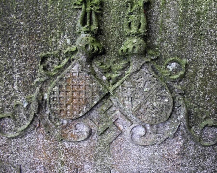 Zentral in der Mitte des Grabsteins von 1935: Familienwappen und   Hakenkreuz    | Foto: frietsch