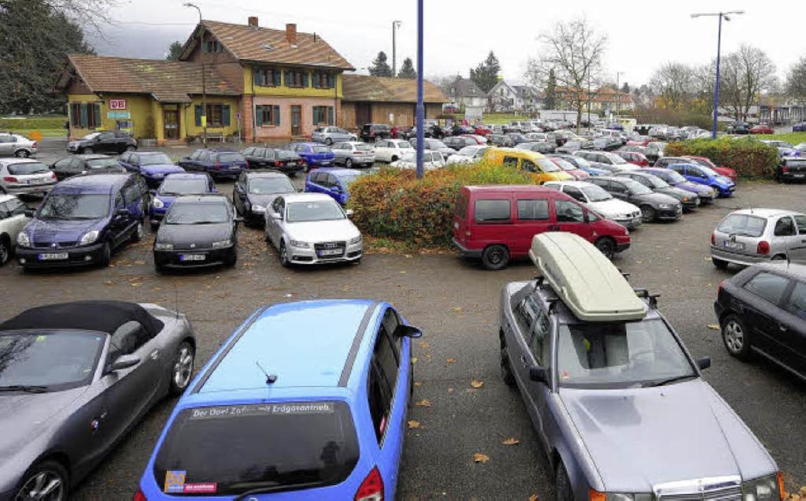 Der Parkplatz zwischen Bahnhof und PH soll weg.  | Foto: ingo schneider