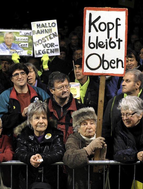 Unerschütterlich und überzeugt: Besucher der Montagsdemonstration   | Foto: dpa