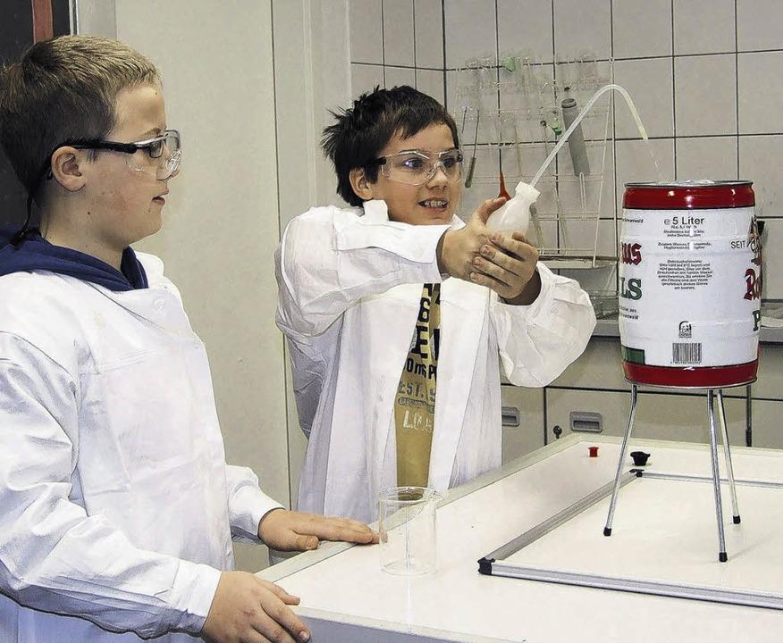 Dario (links) und Jeremy experimentieren mit  Luftdruck.   | Foto: freudig