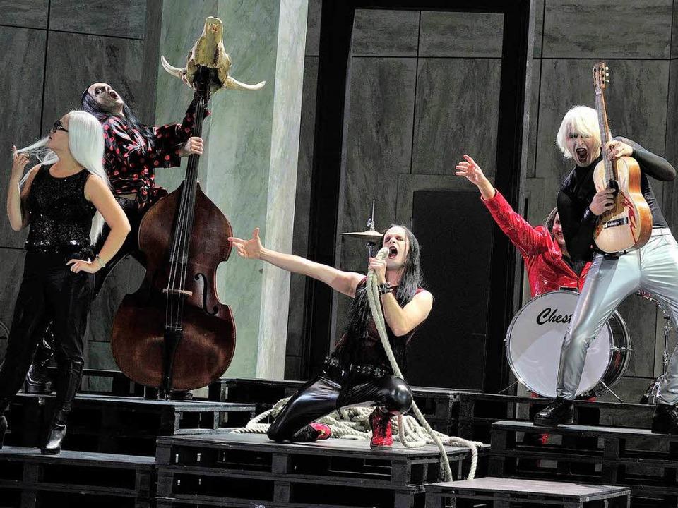 "Zerbinettas (Lini Gong, links) Truppe ...e aus ""Ariadne auf Naxos""   | Foto: Maurice Korbel"