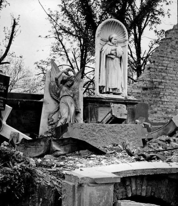 Die Gruftenhalle an der Ostmauer des F...im November  1944 ebenfalls zerstört.   | Foto: stadtarchiv (2)