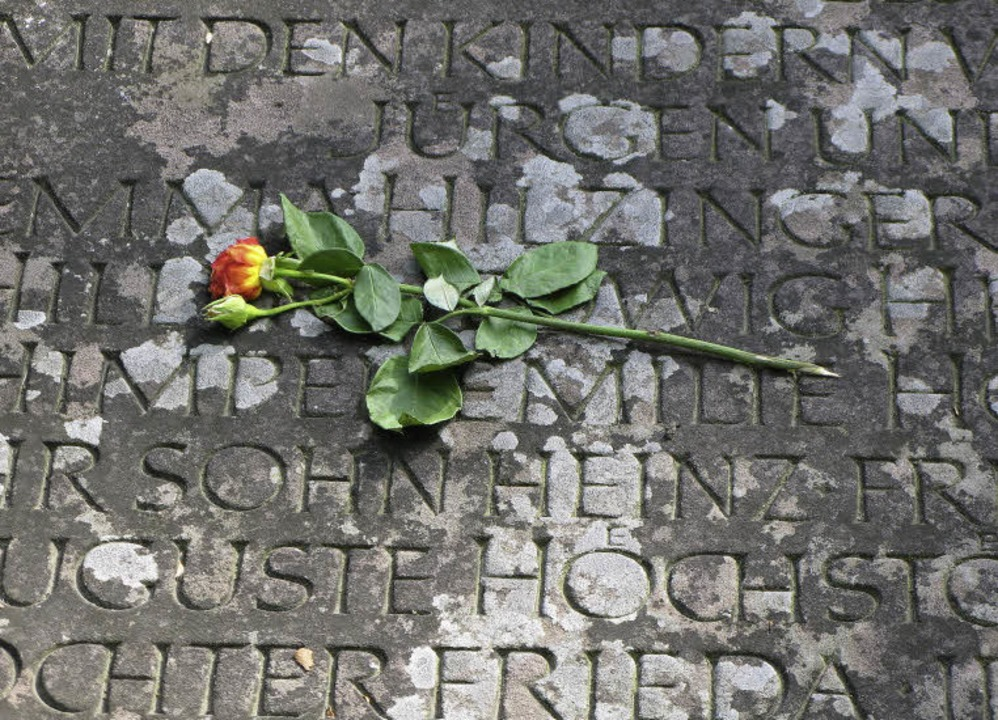 Auf dem Plattenband  um das Gemeinschaftsgrab stehen die Namen vieler Opfer.   | Foto: Arnd Hanke