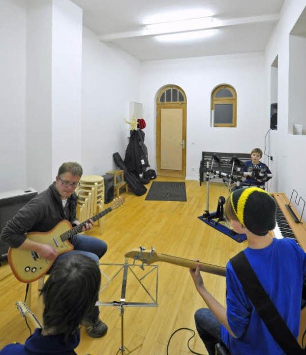 Benjamin Heusch (links) beim Musikunterricht im einst stillen Örtchen.  | Foto: Michael Bamberger