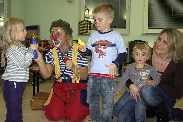 Die Clownin nimmt Kindern die Angst