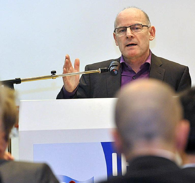 Minister Winfried Hermann beim Referat vor Wirtschaftsvertreten in Freiburg     Foto: Michael Bamberger