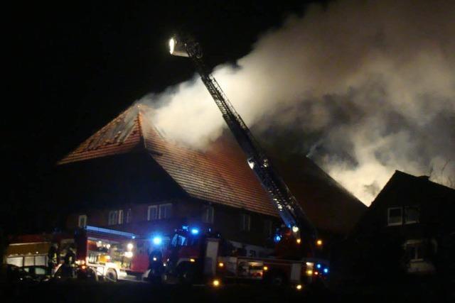Ehemaliger Bauernhof in Flammen – Sohn rettet Mutter