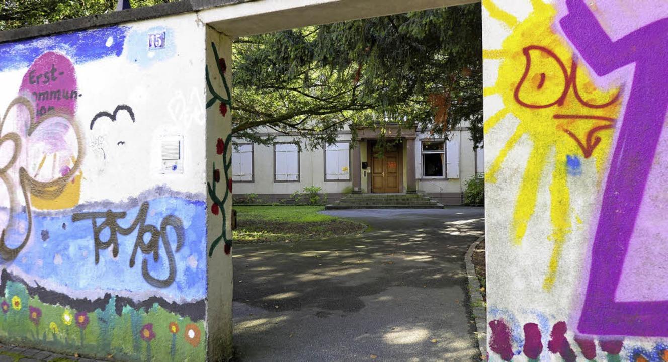 Buntbemalter Eingang zum Garten vor dem Pfarrhaus der Maria-Hilf-Gemeinde     Foto: Ingo Schneider