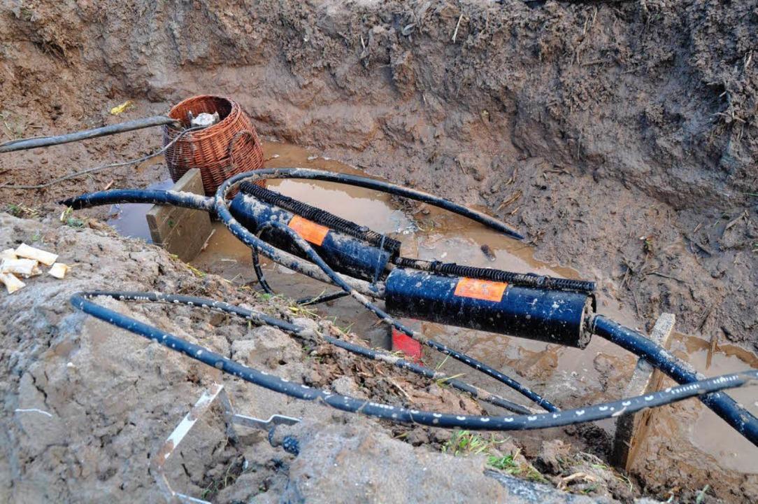 Störstelle im Schlamm: An einer Telefo... Waltershofen ist Wasser eingedrungen.  | Foto: Julius Steckmeister