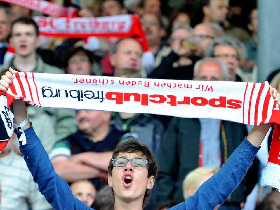 Szene aus dem Stadion: Auch beim SC Freiburg wird das Badnerlied geschmettert.  | Foto: Michael Bamberger