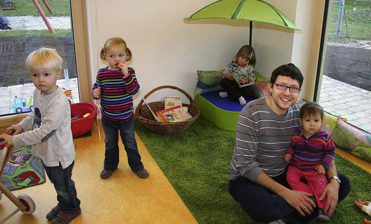 Zahlreiche Bürger, darunter viele jung...nderkrippe Schatzkiste kennenlernen.    | Foto: Fotos: Karin Heiss