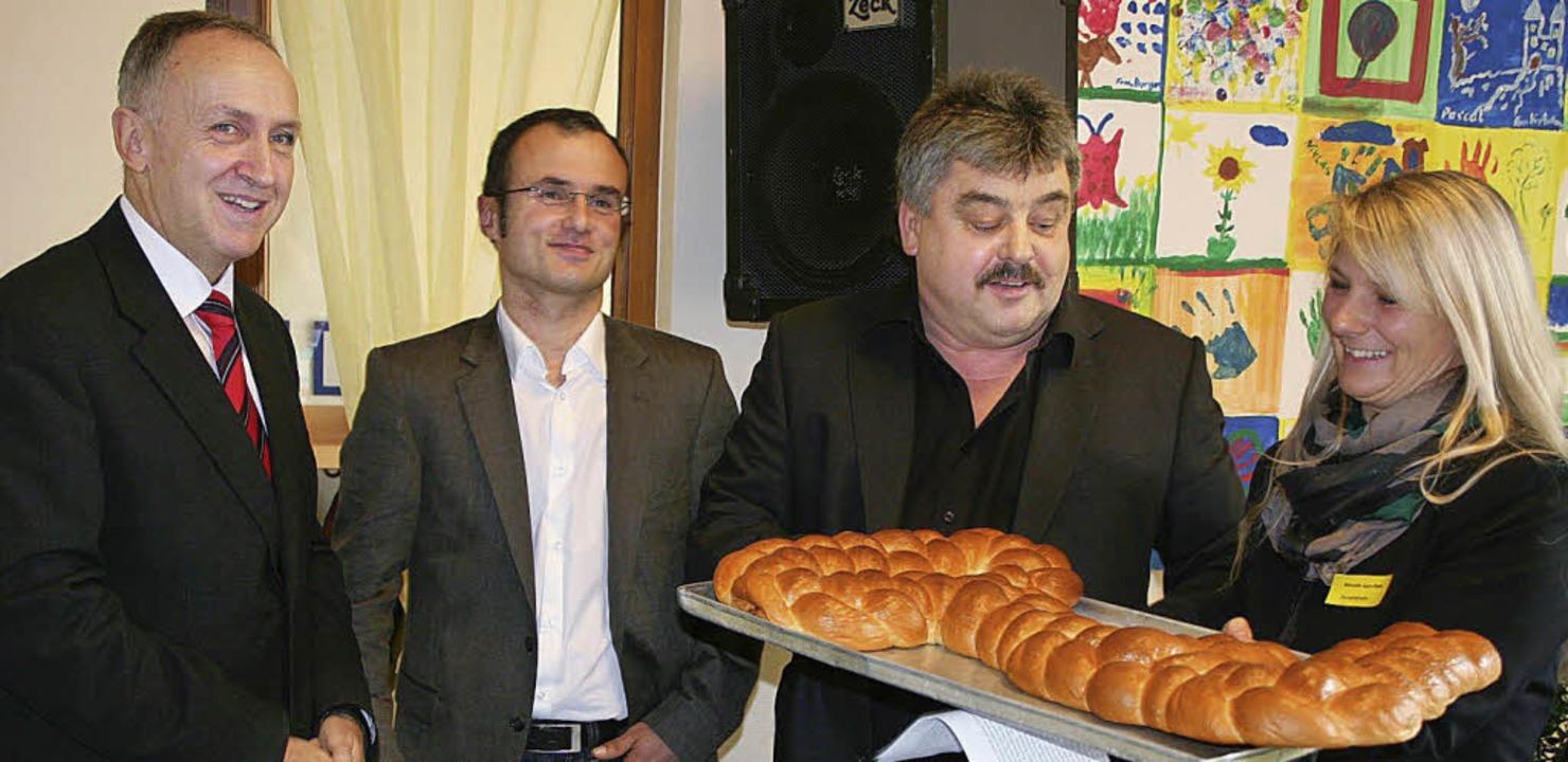 Bauleiter Reinhard Ringwald (2. von re...rban Singler (links) für den  Auftrag.  | Foto: Karin Heiß
