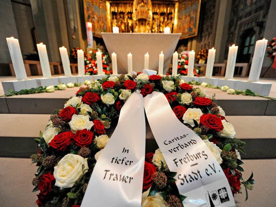 14 weiße Kerzen für die 14 Opfer der Brandkatastrophe von Titisee-Neustadt.  | Foto: dpa