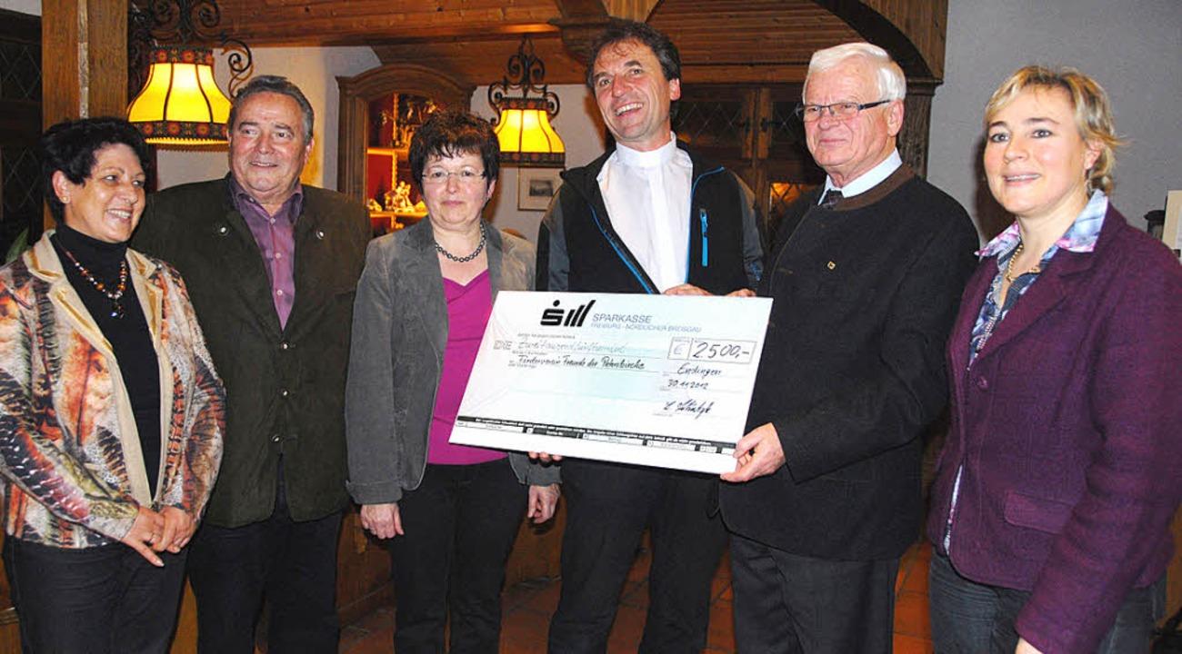 Ein Spendenscheck  über 2500 Euro für ...is  Peterskirche und Cäcilia Schätzle.  | Foto: R. Vitt
