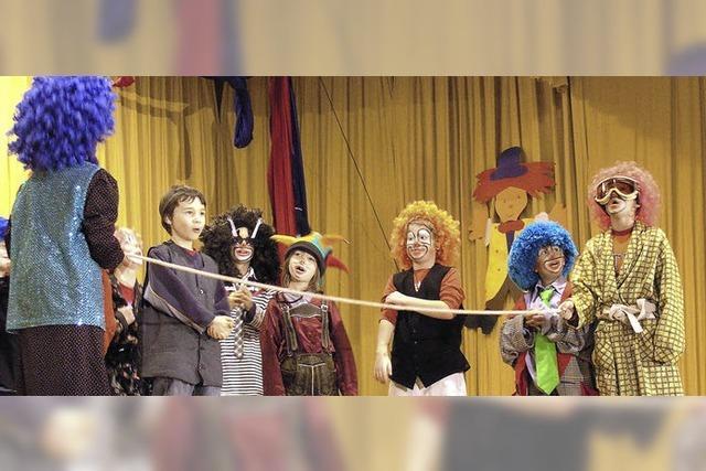 Eine bunte Zirkusmannschaft im Bühnenfieber