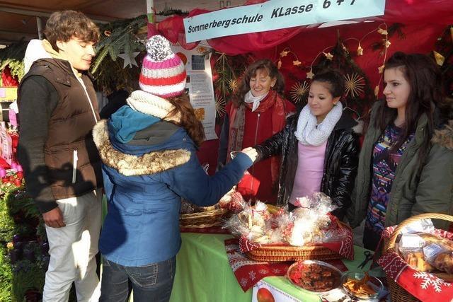 Weihnachtsmarkt bei winterlicher Kälte und Schnee