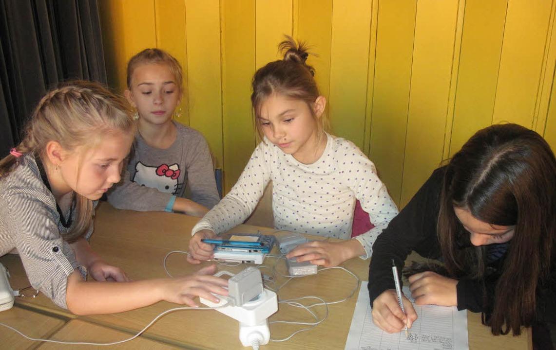 Zisch-Reporterinnen beim Experimentieren mit Strom.   | Foto: privat/dapd