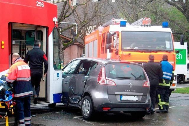Auto übersieht Straßenbahn – zwei Fahrgäste bei Unfall verletzt